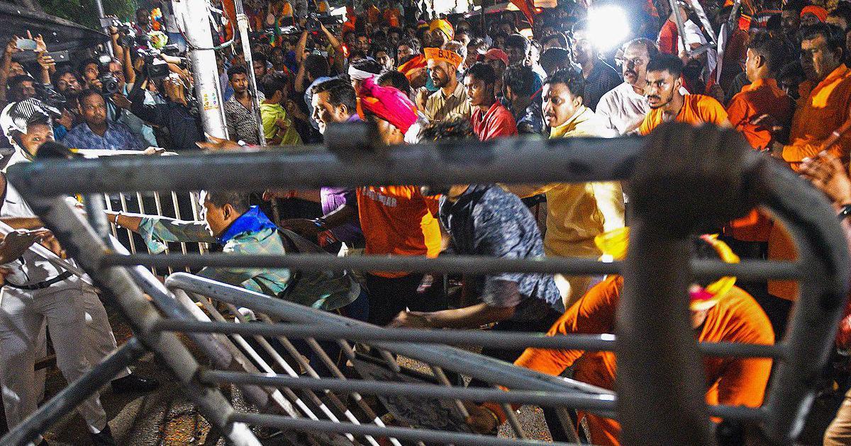 बंगाल में प्रचार एक दिन पहले ख़त्म किए जाने के चुनाव आयोग के फ़ैसले की विपक्ष ने आलोचना की