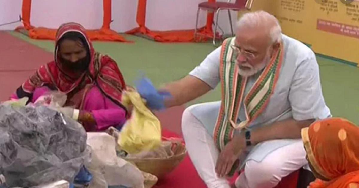 प्रधानमंत्री ने कचरे से प्लास्टिक बीनने का काम करने वाली महिलाओं का हाथ बंटाया