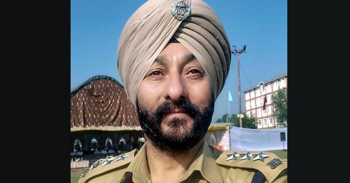 Who is Davinder Singh, the Kashmir police officer arrested in a car with Hizbul militants?