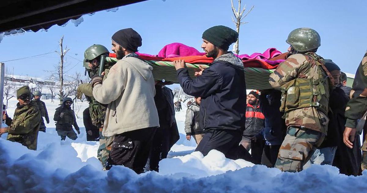 कश्मीर : सेना के 100 जवानों ने कमर तक गहरी बर्फ में पैदल चल गर्भवती महिला को अस्पताल पहुंचाया