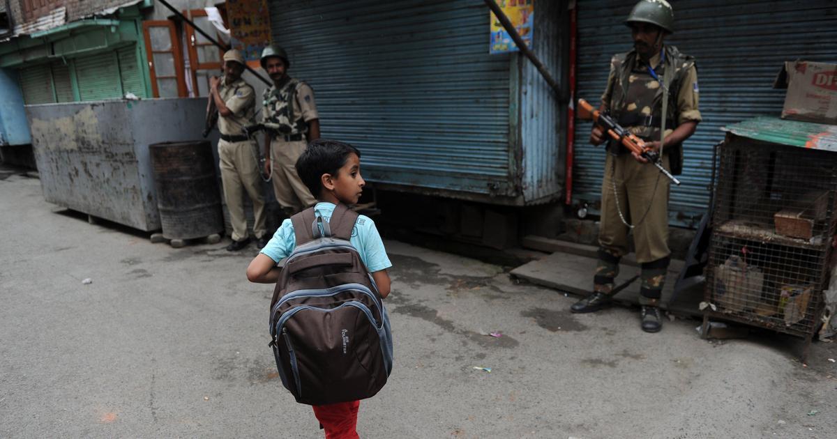 जम्मू-कश्मीर : पाबंदी हटने वाले इलाकों में कल से हाईस्कूल खोले जाएंगे