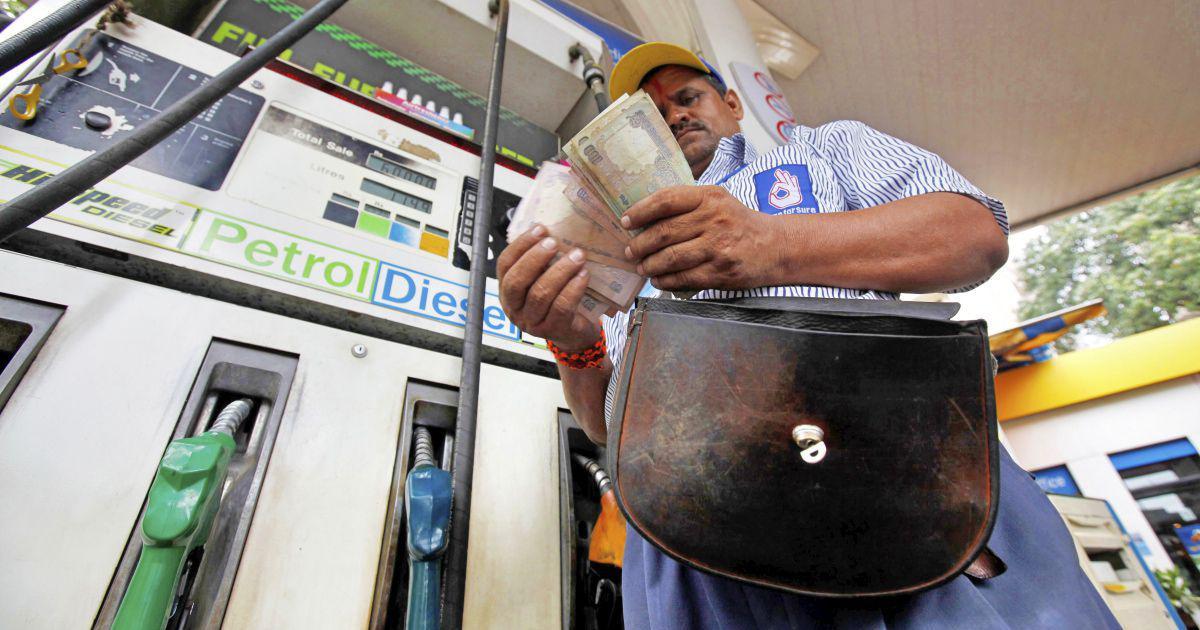 पेट्रोल-डीजल की कीमतों में पांच-छह रु की बढ़ोतरी हो सकती है