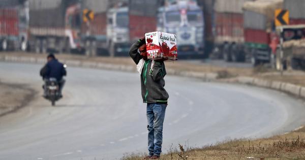 पिछले दो सालों में कश्मीर के उस सेब उद्योग की कमर टूट गई है जो यहां की अर्थव्यवस्था की रीढ़ है
