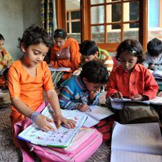 कश्मीर में बच्चे और उनके शिक्षक पढ़ाई की खातिर किस-किस तरह की जुगत भिड़ा रहे हैं?